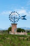 Mulino a vento tipico in Maiorca Fotografia Stock Libera da Diritti