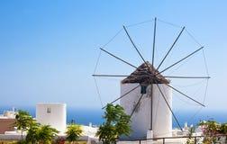 Mulino a vento tradizionale di Santorini Fotografie Stock