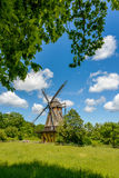 Mulino a vento tradizionale e un cielo blu Immagine Stock