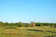Mulino a vento tradizionale sull'isola svedese Oland Fotografia Stock
