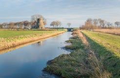 Mulino a vento tronco in un paesaggio rurale olandese Immagini Stock Libere da Diritti