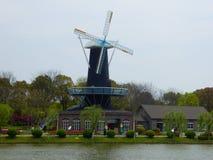 Mulino a vento vicino ad un lago Fotografie Stock Libere da Diritti