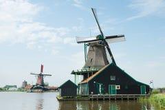 Mulino a vento vicino al fiume a Zaanse Schance, Olanda Immagine Stock