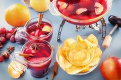 mull Gläser mit Glühwein, Durchschlag oder Grog mit Frucht und Corn-Flakes stockbild