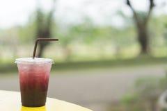 Mullbärsträdfruktsaft med is i plast- exponeringsglas arkivfoton