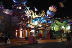 MullbärsträdSt i Seuss land på universella studior i Orlando, FL Royaltyfri Foto