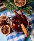 Mulled вино в стекле Вино рождества горячее обдумыванное в стекле с специями и цитрусовыми фруктами Обдумыванное вино с циннамоно Стоковые Фотографии RF