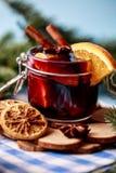 Mulled вино в стекле Вино рождества горячее обдумыванное в стекле с специями и цитрусовыми фруктами Обдумыванное вино с циннамоно Стоковое Изображение