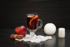 mulled kryddawine Stearinljus, kanelbruna pinnar och äpple blA Royaltyfria Bilder
