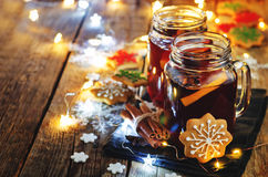 Mulled wine with gingerbread cookies and Christmas light Royalty Free Stock Photos