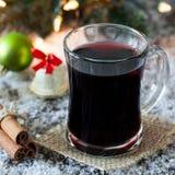 Mulled wine i ett exponeringsglas Arkivfoto