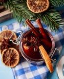 Mulled wine i ett exponeringsglas Varmt funderat vin för jul i ett exponeringsglas med kryddor och citrusfrukt Funderat vin med k Royaltyfria Foton
