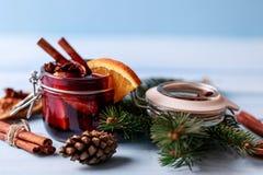 Mulled wine i ett exponeringsglas Varmt funderat vin för jul i ett exponeringsglas med kryddor och citrusfrukt Funderat vin med k Royaltyfri Fotografi