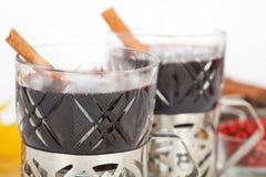 Mulled wine med kanelbruna sticks Royaltyfri Bild