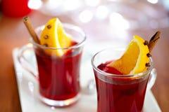 Mulled wine med skivan av orangen Arkivfoton