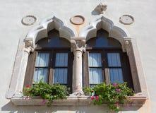 Mullioned окно на историческом здании стоковое изображение