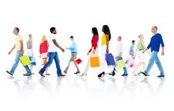 Mullti-εθνικοί άνθρωποι που περπατούν και τσάντα εκμετάλλευσης Στοκ εικόνες με δικαίωμα ελεύθερης χρήσης