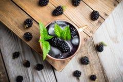Mulo di Blackberry Mosca in tazza di rame sui precedenti rustici fotografia stock