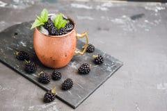 Mulo di Blackberry Mosca in tazza di rame sui precedenti rustici fotografie stock libere da diritti