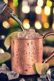 Mulo freddo di Mosca - Ginger Beer, calce e vodka immagini stock