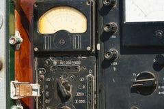 Multímetro análogo velho com escala do seletor fotografia de stock royalty free