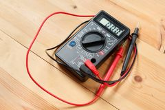 Multímetro digital e fiação na tabela de madeira ferramentas do técnico para o trabalho com circuito e elétrico especiais uso do  imagens de stock
