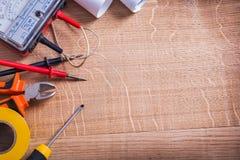 Multímetro eléctrico organizado de las herramientas del copyspace foto de archivo libre de regalías
