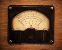 Multímetro elétrico do vintage no painel de madeira fotografia de stock royalty free