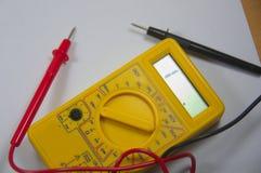 Multímetro para aprender como usar esta ferramenta, é igualmente útil em casa realizar verificações em dispositivos eletrónicos d fotos de stock royalty free