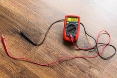 Multímetro para la medida del voltaje fotos de archivo libres de regalías