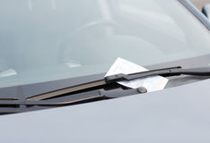 Multa de aparcamiento en el parabrisas del coche Imágenes de archivo libres de regalías