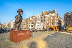 Multatuli staty i den fyrkantiga Torensluisen längs den Singel kanalen Royaltyfria Foton