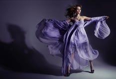 Multe el lanzamiento de una señora triguena atractiva Fotografía de archivo libre de regalías