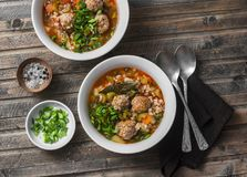 Multi зерно, фрикадельки и суп овощей на деревянной деревенской предпосылке, взгляд сверху Еда домашней кухни комфорта здоровая с Стоковые Фотографии RF