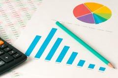 Multi пирог и диаграммы в виде вертикальных полос цвета с калькулятором Стоковые Фотографии RF