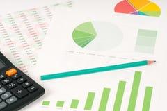 Multi пирог цвета и зеленые диаграммы в виде вертикальных полос с калькулятором Стоковое Изображение