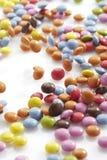 Multi покрашенная конфета шоколада на белой предпосылке Стоковые Изображения