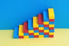 Multi покрашенная лестница, сформированная блоками игрушки стоковые фото