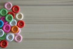 Multi покрашенные кнопки на светлой деревянной таблице Стоковая Фотография