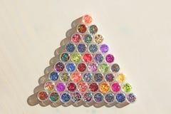 Multi покрашенные Sequins для дизайна ногтей в опарнике Яркий блеск в опарниках Фольга для обслуживания ногтя Комплект фото Сверк стоковое изображение