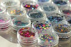 Multi покрашенные Sequins для дизайна ногтей в опарнике Яркий блеск в опарниках Фольга для обслуживания ногтя Комплект фото Сверк стоковая фотография rf