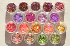 Multi покрашенные Sequins для дизайна ногтей в опарнике Яркий блеск в опарниках Фольга для обслуживания ногтя Комплект фото Сверк стоковые фотографии rf