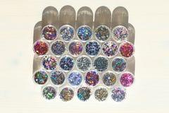 Multi покрашенные Sequins для дизайна ногтей в опарнике Яркий блеск в опарниках Фольга для обслуживания ногтя Комплект фото Сверк стоковое фото