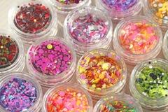 Multi покрашенные Sequins для дизайна ногтей в опарнике Яркий блеск в опарниках Фольга для обслуживания ногтя Комплект фото Сверк стоковые изображения rf