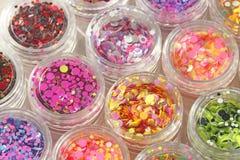 Multi покрашенные Sequins для дизайна ногтей в опарнике Яркий блеск в опарниках Фольга для обслуживания ногтя Комплект фото Сверк стоковые изображения
