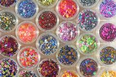 Multi покрашенные Sequins для дизайна ногтей в опарнике Яркий блеск в опарниках Фольга для обслуживания ногтя Комплект фото Сверк стоковое фото rf