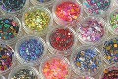 Multi покрашенные Sequins для дизайна ногтей в опарнике Яркий блеск в опарниках Фольга для обслуживания ногтя Комплект фото Сверк стоковая фотография