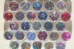 Multi покрашенные Sequins для дизайна ногтей в опарнике Яркий блеск в опарниках Фольга для обслуживания ногтя Комплект фото Сверк стоковое изображение rf
