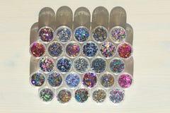 Multi покрашенные Sequins для дизайна ногтей в опарнике Яркий блеск в опарниках Фольга для обслуживания ногтя Комплект фото Сверк стоковые фото