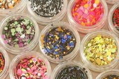 Multi покрашенные Sequins для дизайна ногтей в опарнике glitter стоковое фото rf